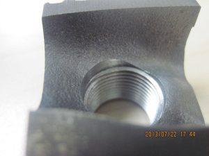 Baksidan av materialet där gängfräsen Double ThreadBurr gängat och gradat på båda sidorna.